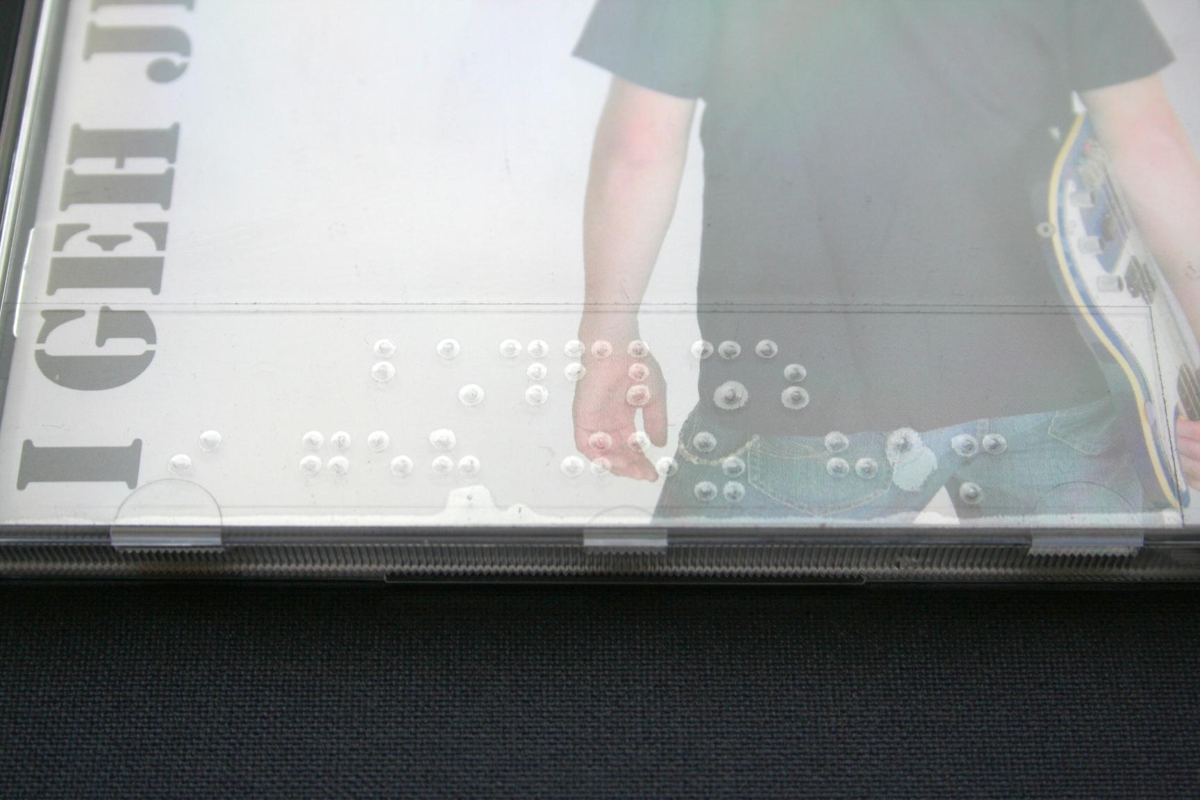 CD mit Klebefolie in Braille - gezoomte Ansicht