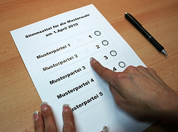Foto Stimmzettelschablone mit Braille- u. Taktildruck